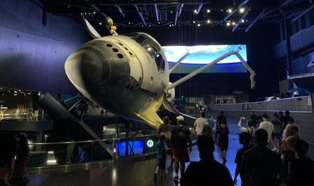 Po skončení prezentace se otevřely dveře a před námi se zjevil monstrózní raketoplán Atlantis