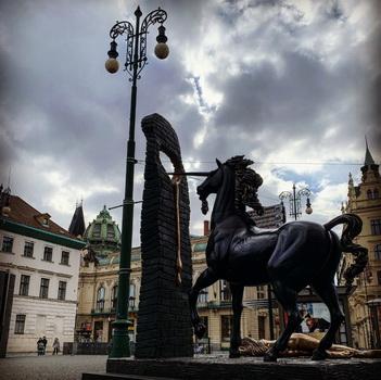 Náměstí Republiky nyní okupuje černý jednorožeč (Salvador Dali)