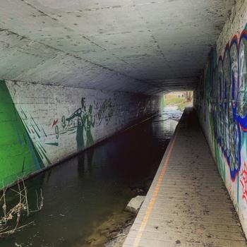 Ne, toto není ponorková základna Rokytka nějakých padouchů, jedná se o tunel pod cyklostezkami.