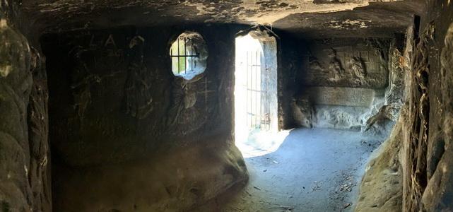Vnitřní prostor jeskyně Klácelka - foceno okénkem z modré stezky.