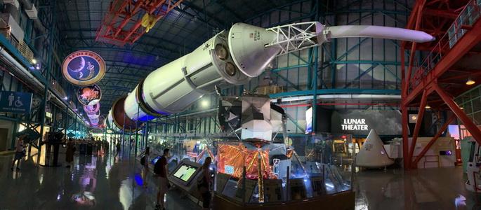 Velká hala s obří raketou Saturn 5 a okolními expozicemi. Raketa byla tak velká, že jsem ji musel ohnout čumák... ještě, že už nikam nepoletí!