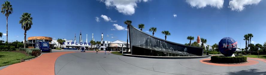 Vchod do návštěvního centra Kennedyho vesmírného střediska