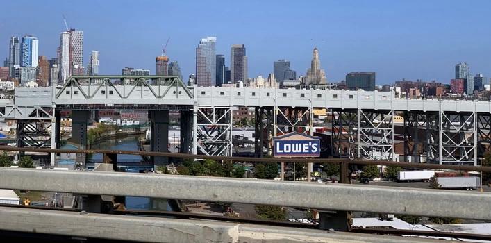 Výhled ze silnice I-278, která křižuje Brooklyn. Okolí doků nám připomnělo Futuramu. Nový New York vystavěný na tom starém...