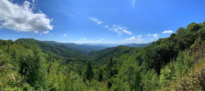 Jakmile při cestě na vrchol najdete mezeru v hustém porostu, hned na vás dýchnou takovéto výhledy