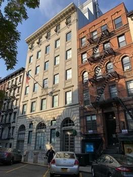 Devátý okrsek newyorské policie, kde se mimo jiné točil populární seriál Kojak. Právě zde měl ikonický detektiv svoji základnu.