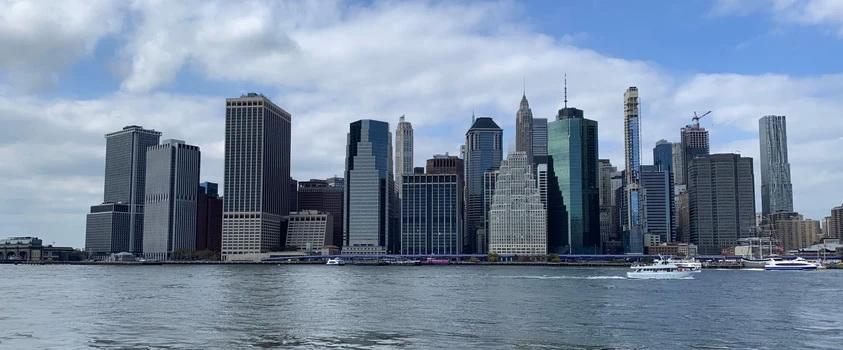 Výhled z brooklynského mola na Dolním Manhattan, tady kdysi byla holandská osada. Od dob Nového Amsterdamu se mnohé změnilo...