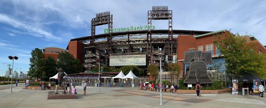 Mike Schmidt jako zástupce Phillies v baseballové Síně slávy střeží jeden ze vstupů na stadion