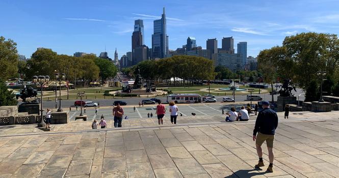 Pohled spoceného rockyho na City of Philadelphia a běhající turisty