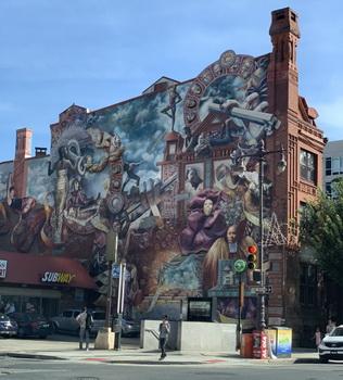 Na křižovatce s Lombard Street je krásně pomalová zeď. Opodál naleznete další pouliční umění...