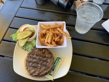 Za zdokumentování ještě stál náš první burger na území Spojených států