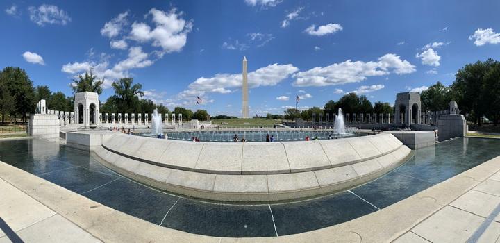 Památník připomínající 2. světovou válku s krásným výhledem na památníky prezidentů Washingtona a Lincolna (za zády)