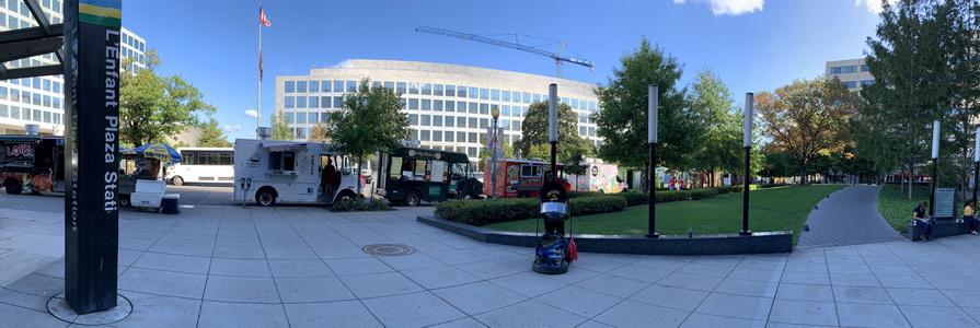 Nekonečná řada Food Trucků hned u výlezu z metra L'Enfant Plaza