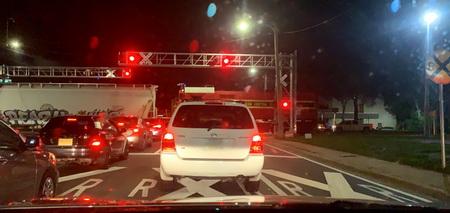 Vlak uprostřed rušného velkoměsta ještě před příjezdem hasičů